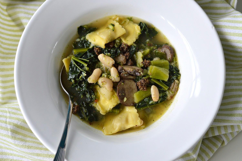 Minestronesoep met groene kool en tortellini