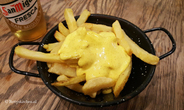 Reisblog: Lekker eten in Barcelona Patatas bravas met currymayonaise bij Mercat Princesa