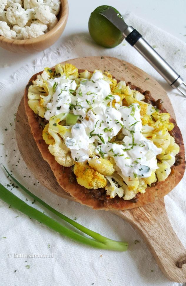 Naanbroodpizza met gegrilde bloemkool en linzen