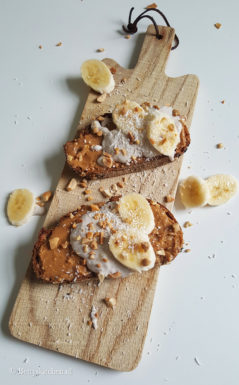 Pindatoast met kokos-bananenspread