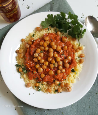 Koriander couscous met tahin-tomatensaus