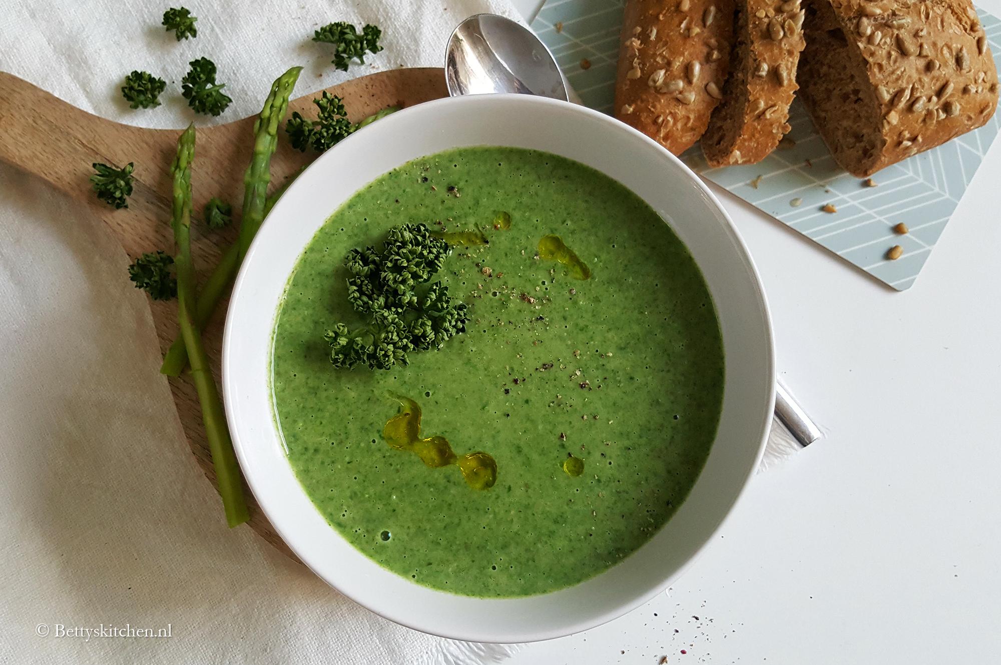 Groene aspergesoep met spinazie