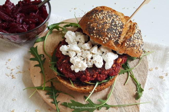 Vegetarische bietenburger met appelstroop en geitenkaas