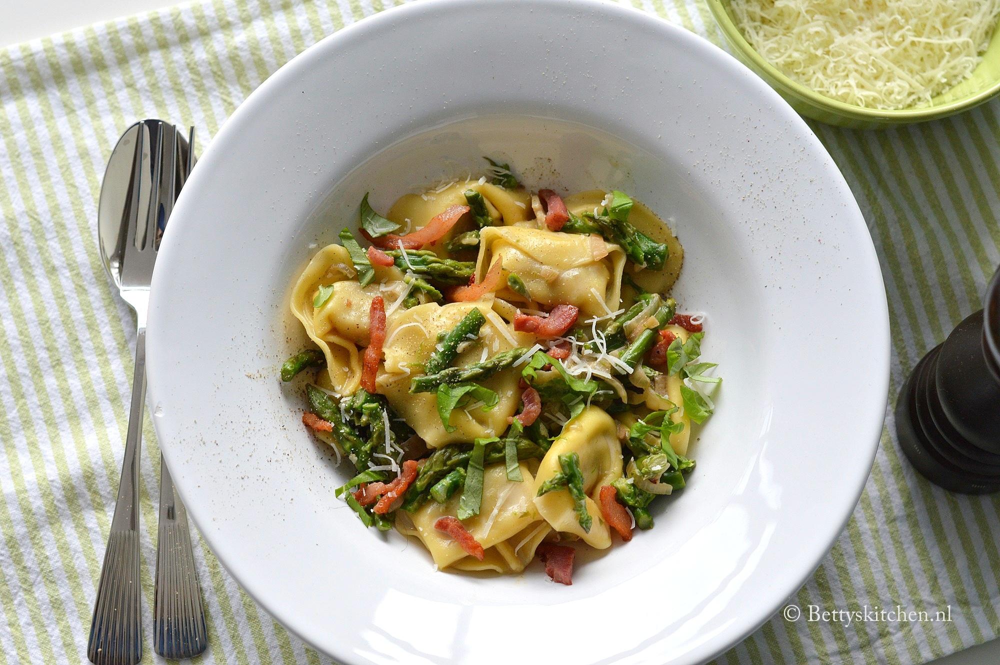 Tortellini met asperges en spekjes
