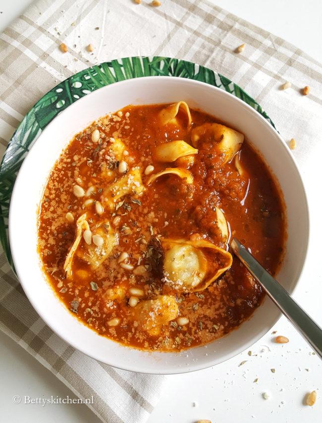Italiaanse Tortellinisoep met tomaten
