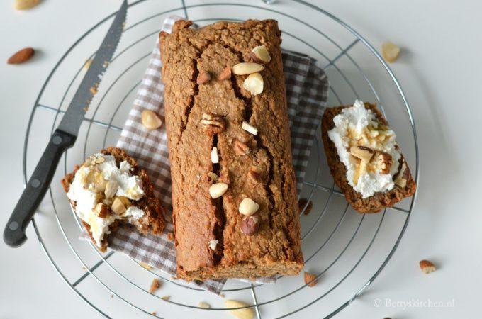 Ontbijtcake met noten en peer