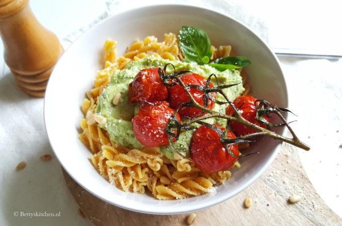 Pasta met avocado pesto saus vegetarische recepten