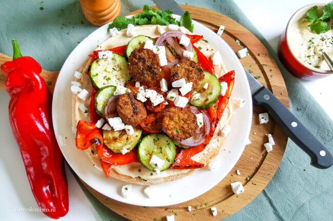 recept pita met falafel en houmous © bettyskitchen.nl 10x recepten met hummus - kikkererwten dip, hummus bowl, platbrood met hummus, pizza met hummus, en meer
