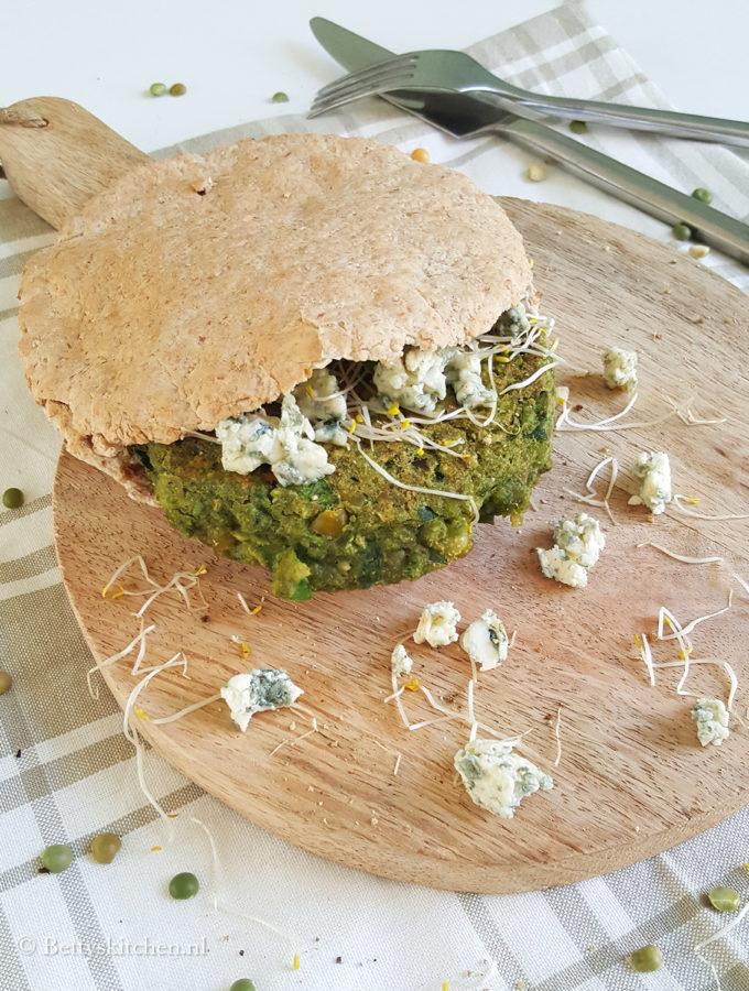 Groene spliterwtenburgers met blauwe kaas