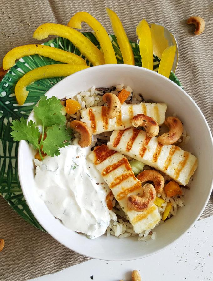 Wilde rijstsalade met gegrilde halloumi