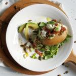 Gepofte aardappel met avocado en cottage cheese