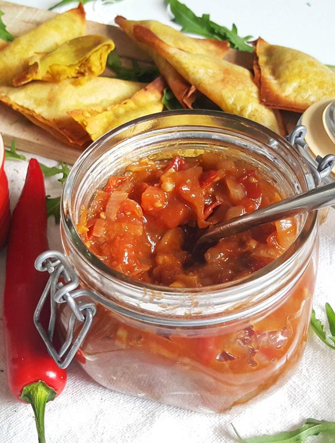 Homemade tomatenchutney en mangochutney