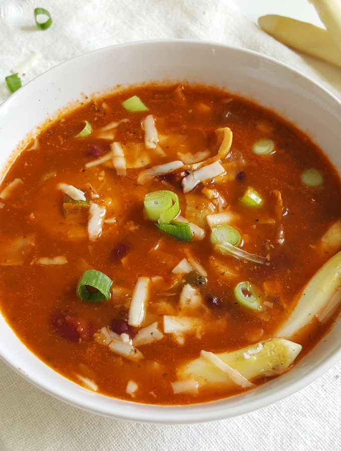 Lichte minestronesoep met asperges en artisjok