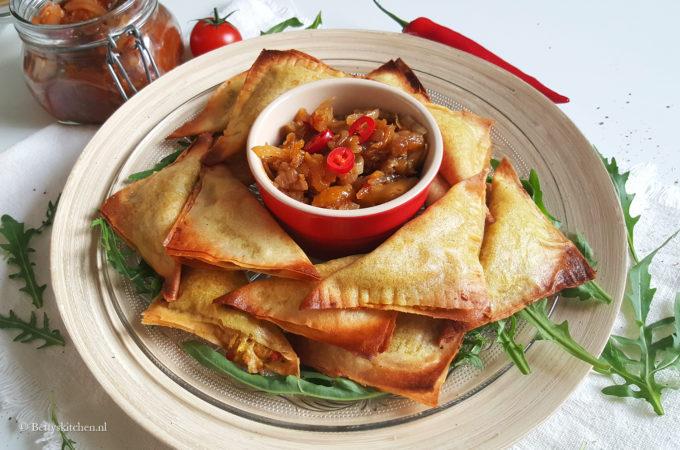 Vegetarische samosa's met homemade chutney