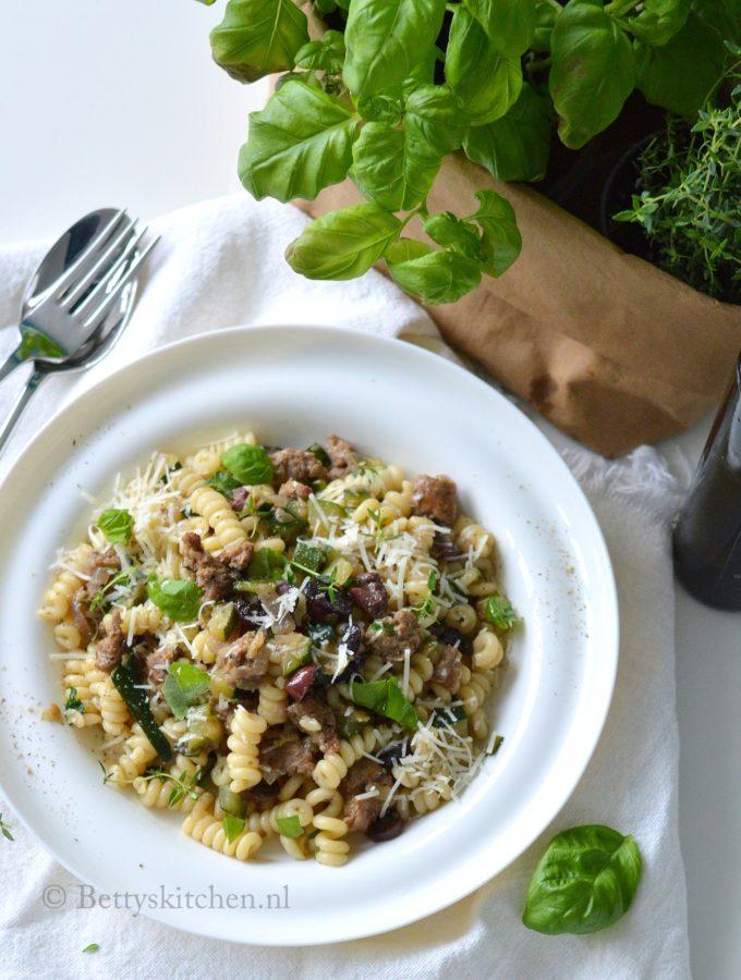 recept pasta met worst en courgette en olijven betty's kitchen