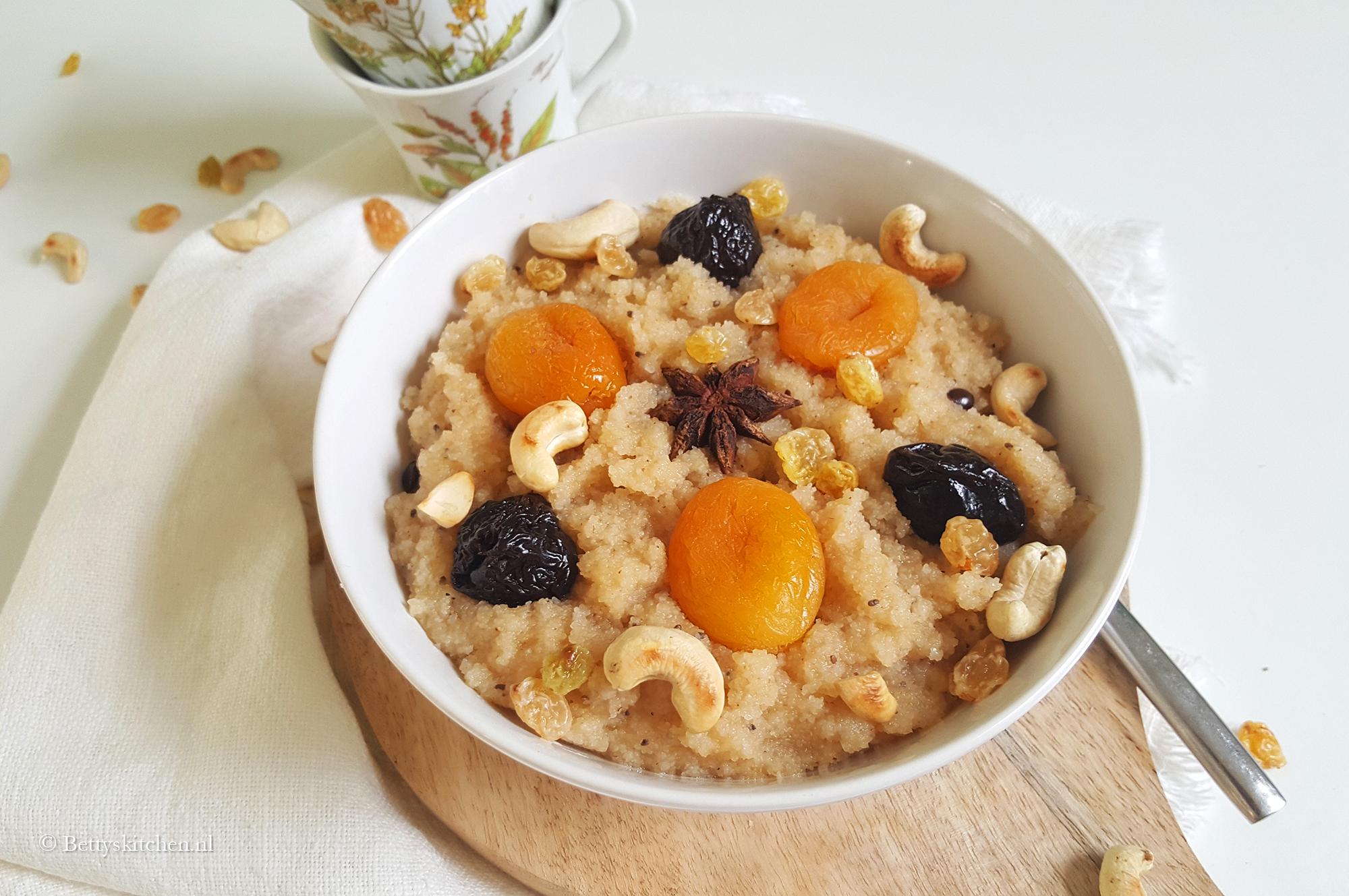 Griesmeelpap met cashewnoten, anijs en gedroogd fruit (Suji)