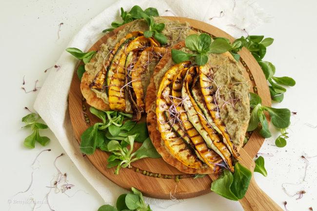 Naanbrood met mungbonenpuree en gegrilde courgette