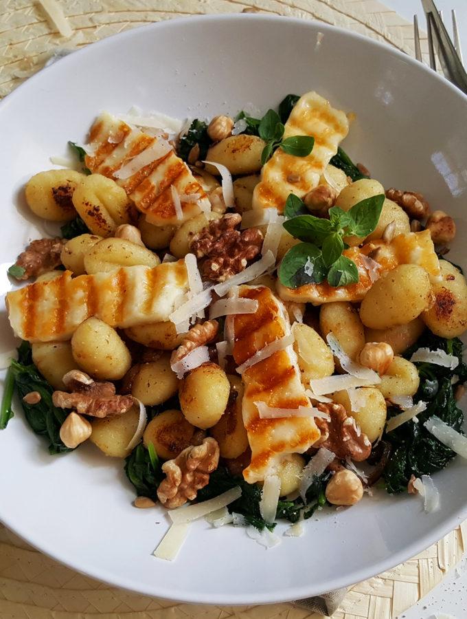 Gnocchischotel met halloumi en noten