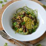 Courgetti met champignons en maissaus (pasta gemaakt van courgette)