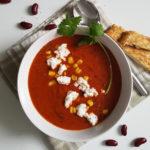 Rode bonensoep met tomaat en mais