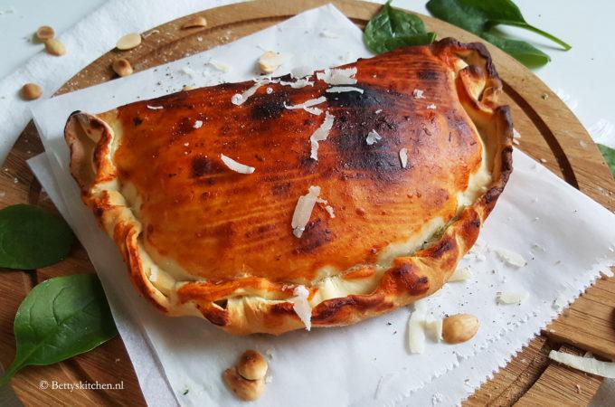 Pizza calzone met spinazie, ricotta en amandelen