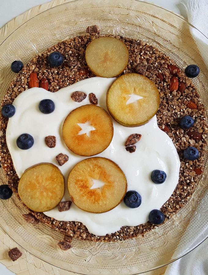 Ontbijtpizza met peer en blauwe bes