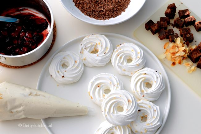 Kerstkrans van meringue, chocolade en kersen recept allerhande Betty's Kitchen