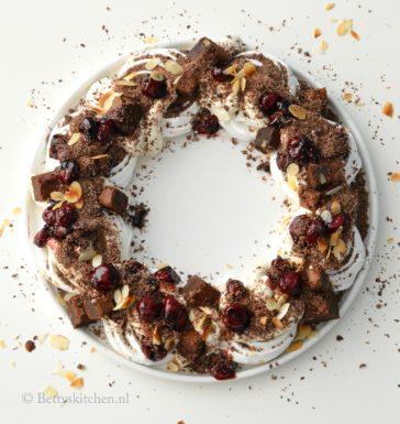 Kerstkrans van meringue, chocolade en kersen recept allerhande Betty's Kitchen