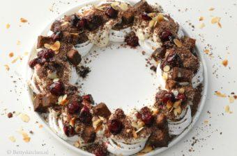 Kerstkrans van meringue, chocolade en kersen