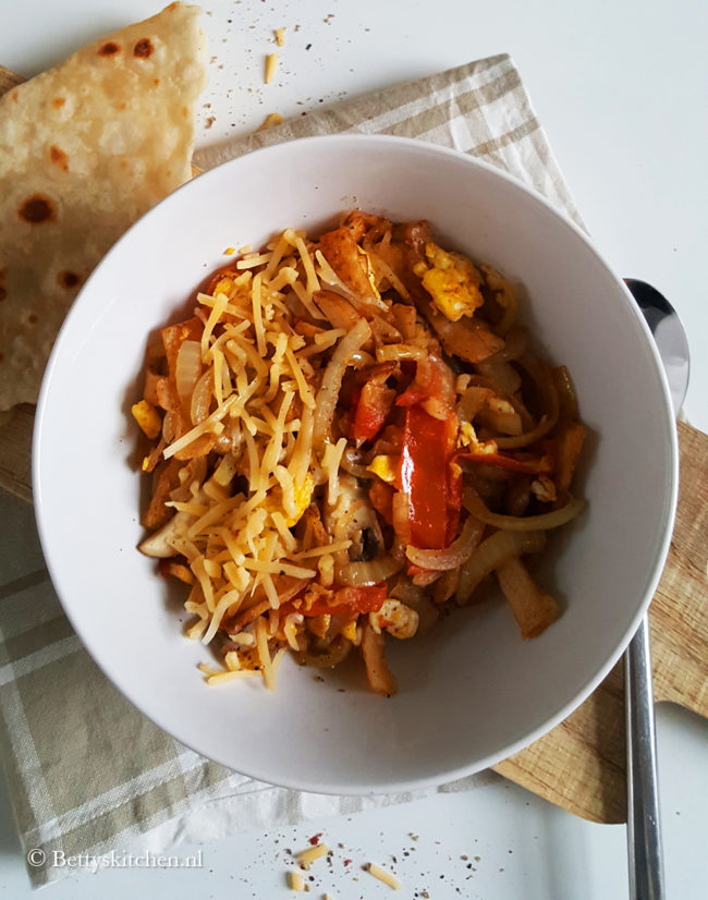 Roti met tomaat, kaas en ei (koththu roti)