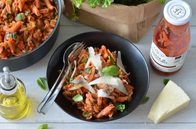 Rode Linzen pasta met tomatensaus en groente