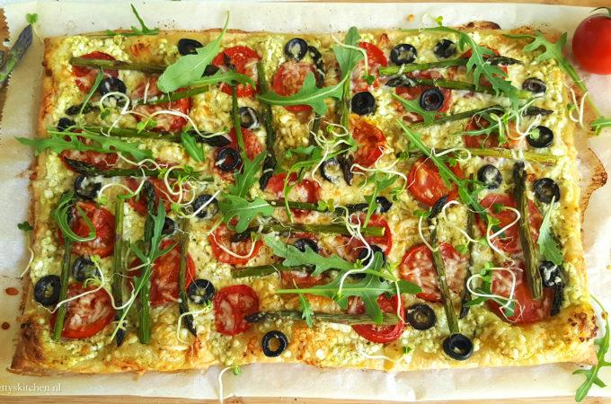 Plaattaart met asperges, tomaat en ricotta