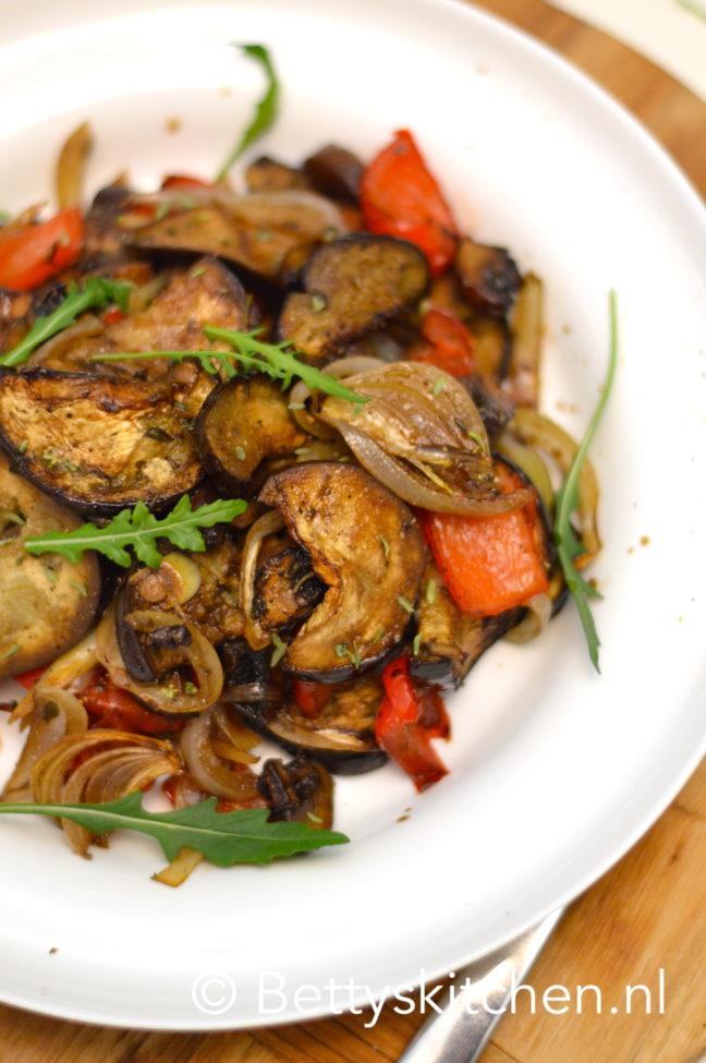 Ben je nog op zoek naar groente gerechten van de barbecue? Maak dan deze aubergines van de bbq! Je kunt ze zowel warm als koud serveren en ze zijn een heerlijke gezonde aanvulling voor bij je gegrilde vlees gerechten.