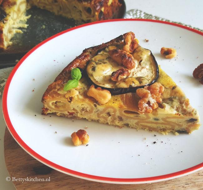 Pasta taart met aubergine en blauwe kaas