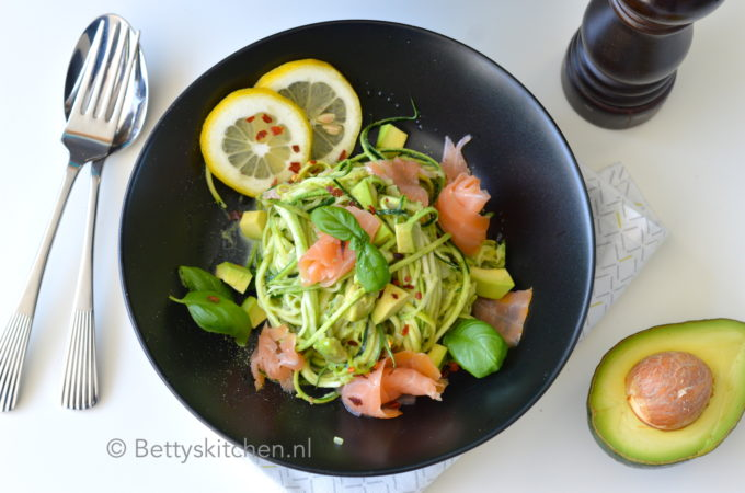 Courgetti met zalm en avocado (video)