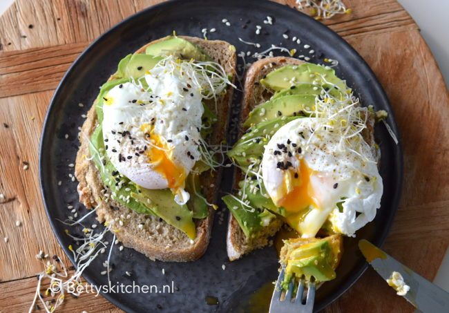 avocado op brood met ei recept betty's kitchen