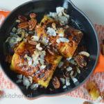 gegrilde ananas op de bbq bereiden recept met Le Creuset gietijzeren pan op de barbecue © bettyskitchen