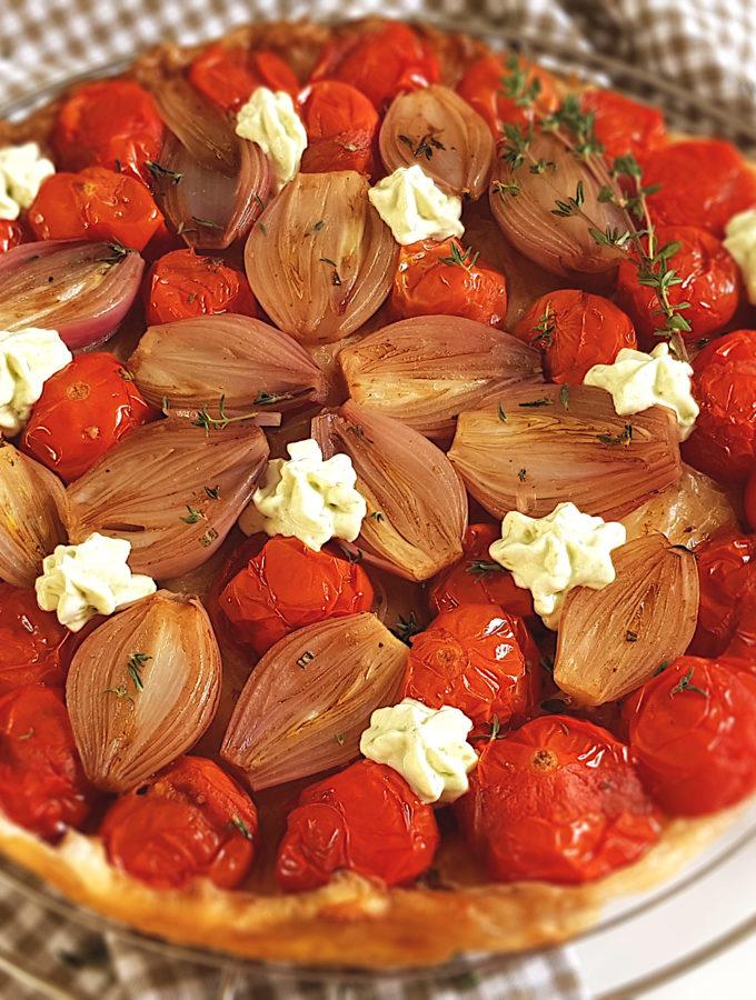 Hartige tarte tatin met tomaat en sjalotjes