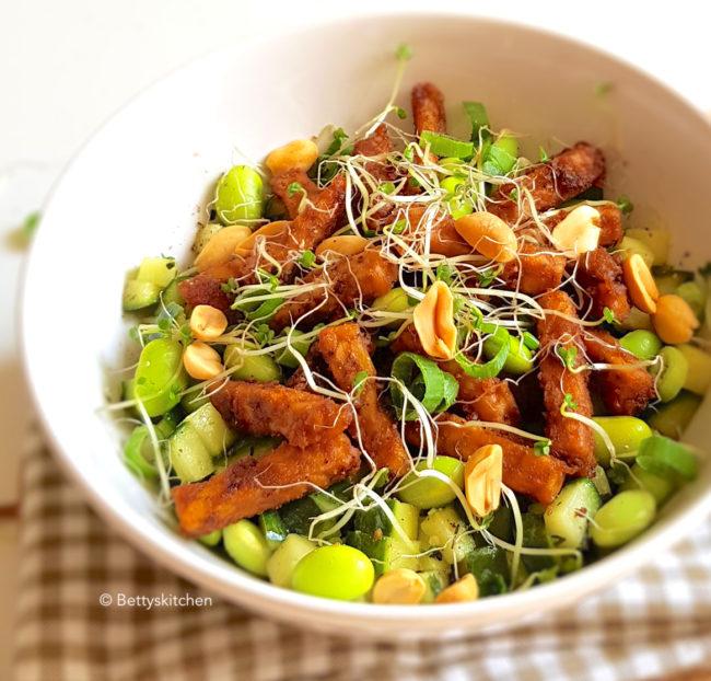 10x low carb gerechten voor lunch of diner - recept Pinda tempeh salade met gegrilde komkommer