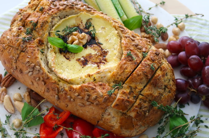 Camembert in brood plank (video)