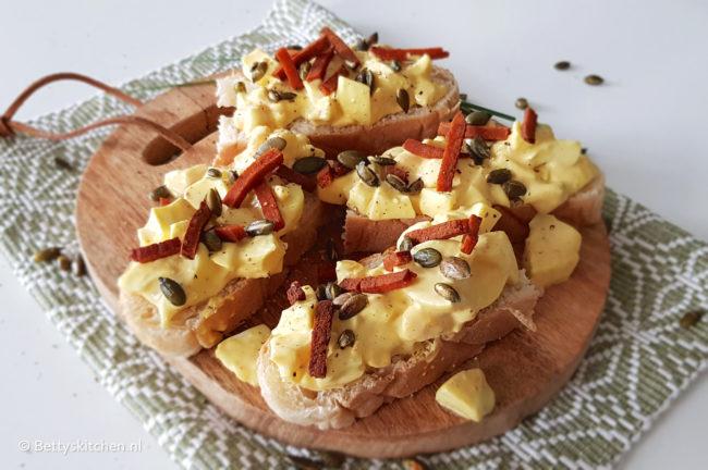 Eiersalade met yoghurt en vega spekjes recept © bettyskitchen