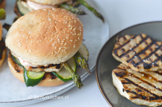 30x barbecue recepten - BBQ recept en grill gerechten - recept vegetarische knolselderij burgers barbecue © Betty's Kitchen