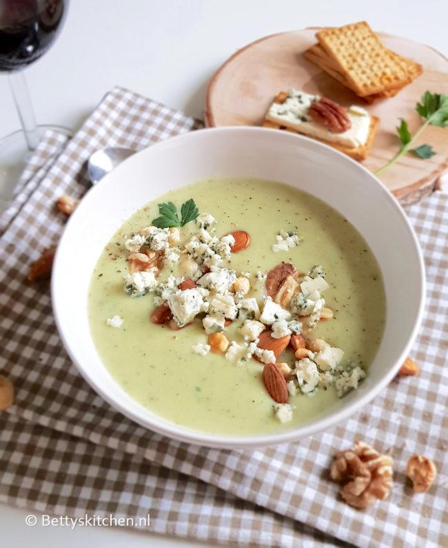 10x voorgerechten voor kerst recepten - recept knolselderij soep met blauwe kaas en noten © bettyskitchen