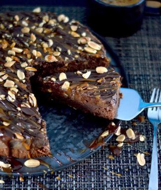 recept snickers taart maken met brownie bodem en pindakaas fudge © Bettyskitchen