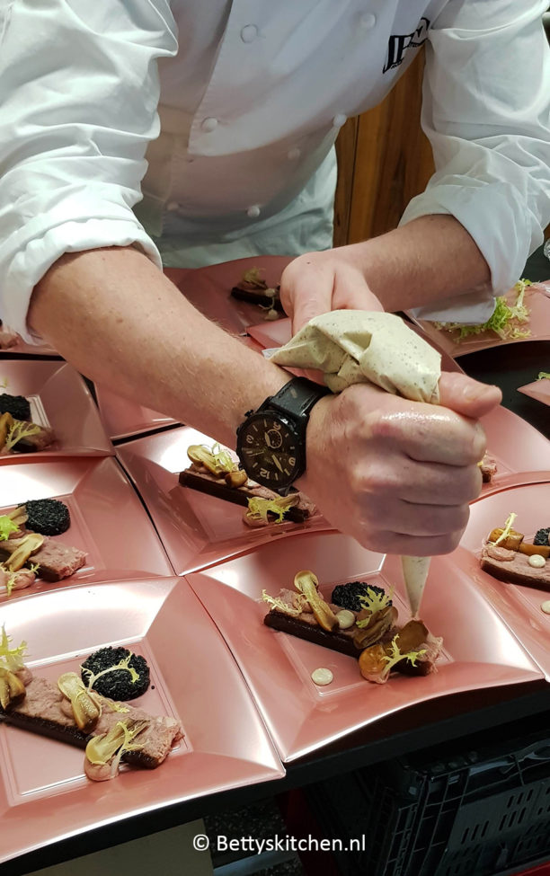 Konijnenbout met ganzenlevercrème, quinoa, anijszwammetjes en Penja mayonaise - Strandlodge