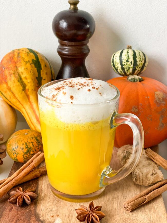 recept voor zelf kurkuma latte maken. Vegan drankje met amandelmelk kurkuma gember en kaneel