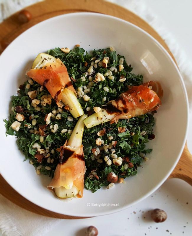 7x Recepten met boerenkool -  salade met boerenkool peer ham en gorgonzola
