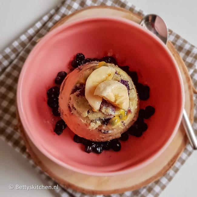 recept mugcake met kwark en bosbes © bettyskitchen