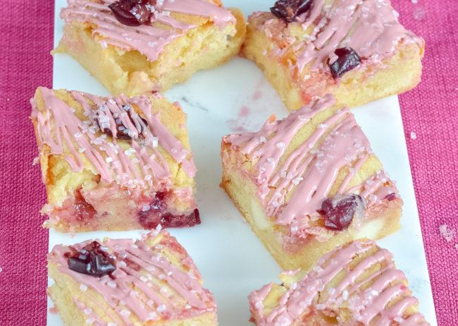 blondies met roze chocolade recept © bettyskitchen