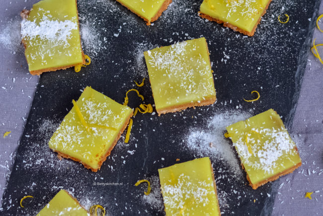 recept vegan lemon bars met citroen en kokos © bettyskitchen